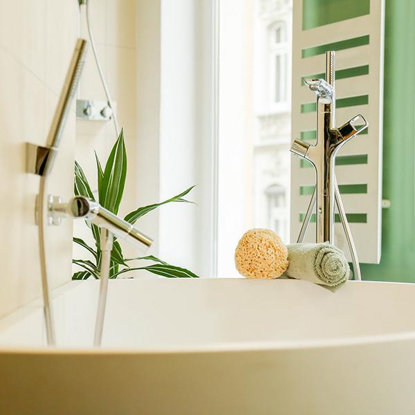 Badewanne mit Armaturen